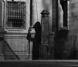 La sombra del peregrino en la plaza de la Quintana en Santiago d
